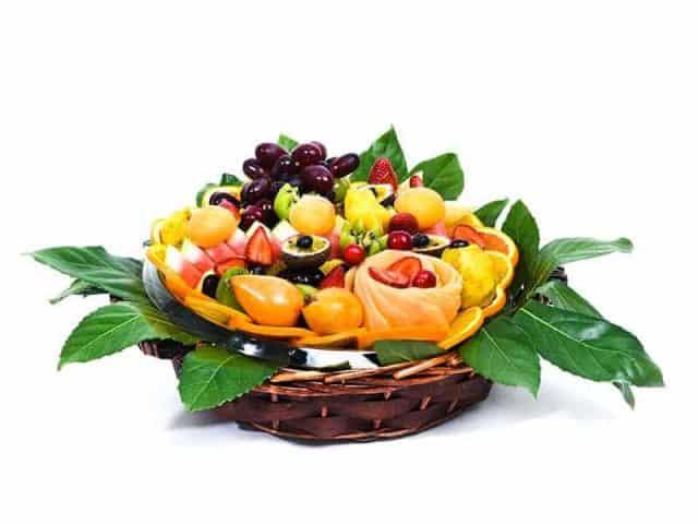 סלסלת פירות מרגישים את הטבע
